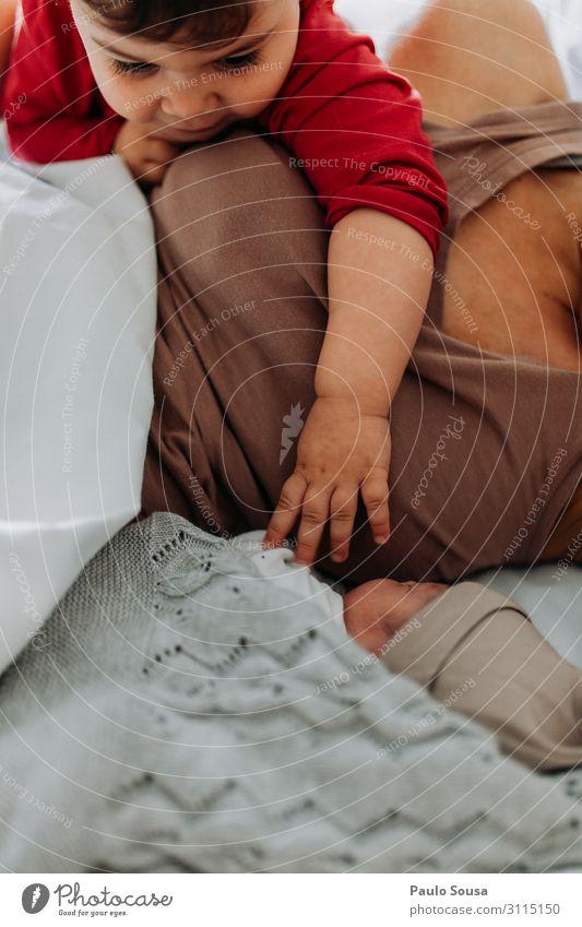 Kleines Mädchen trifft neugeborenen Bruder Lifestyle Mensch Kind Baby Kleinkind Junge Geschwister 2 0-12 Monate 1-3 Jahre beobachten berühren entdecken Liebe