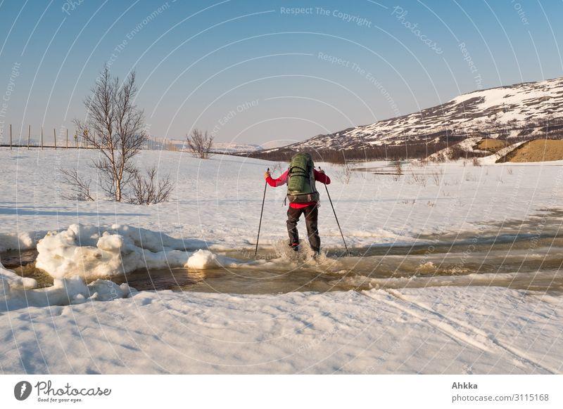 Der, der beinahe übers Wasser laufen konnte Mensch Natur Winter Schnee Bewegung Eis Kraft Abenteuer nass Klima Fluss Sicherheit Frost fahren Risiko Vertrauen
