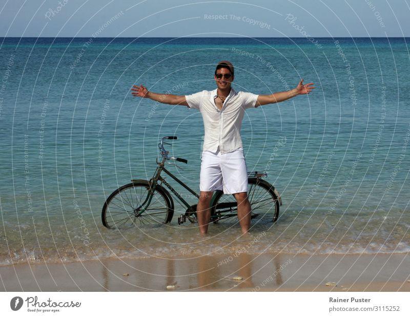 Junger Mann mit Fahrrad im Meer Fahrradfahren maskulin Jugendliche 1 Mensch 18-30 Jahre Erwachsene Wasser Wolkenloser Himmel Sonne Küste Strand Kuba Hemd