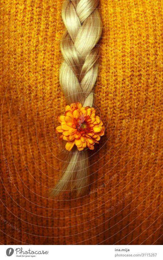 herbstlich III Mensch feminin Haare & Frisuren blond langhaarig Zopf gelb gold orange kuschlig geflochten Farbfoto Gedeckte Farben Textfreiraum links