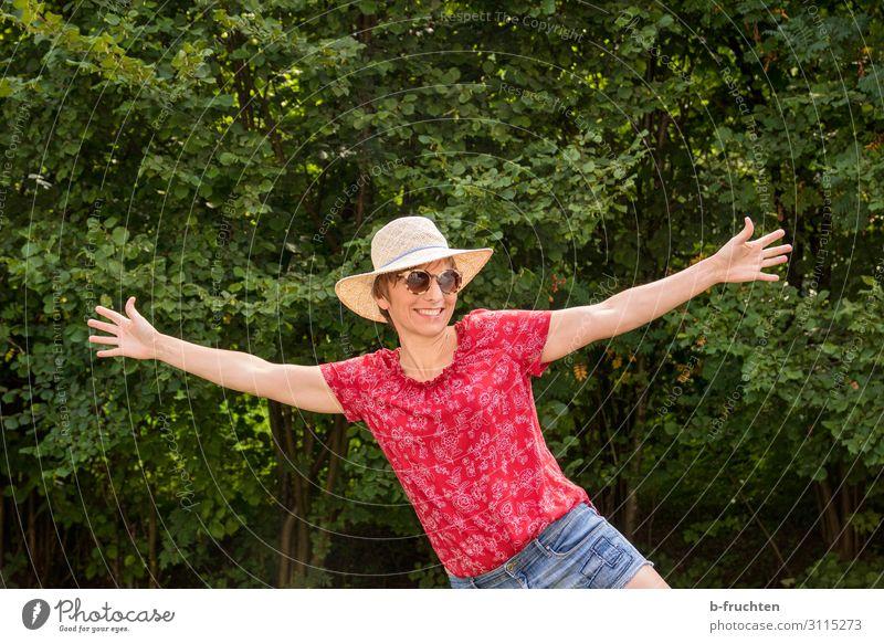 fröhliche Frau in der Natur Gesundheit Wohlgefühl Zufriedenheit Erholung Freizeit & Hobby Ferien & Urlaub & Reisen Sommer feminin Erwachsene 1 Mensch