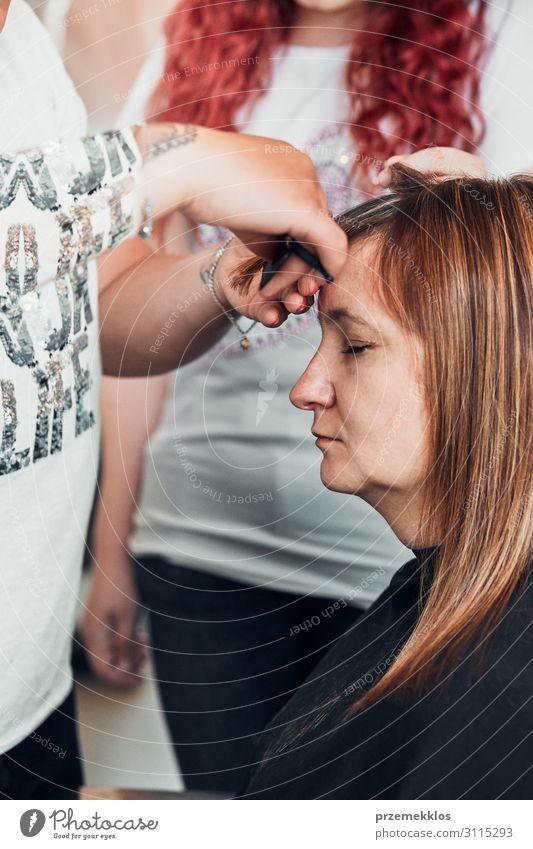 Friseur Styling Damenhaar Lifestyle Stil schön Haare & Frisuren Gesundheitswesen Arbeit & Erwerbstätigkeit Beruf Schere Mensch Junge Frau Jugendliche Erwachsene