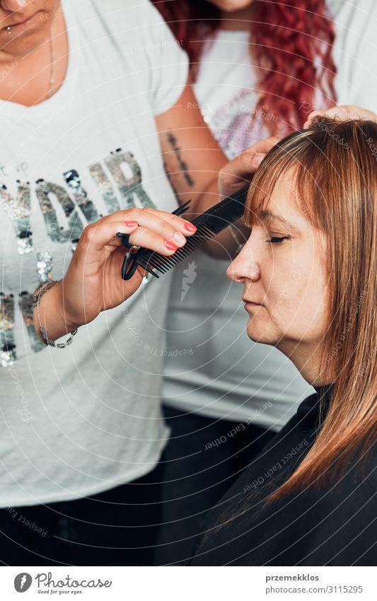 Friseur Styling Damenhaar Lifestyle Stil schön Haare & Frisuren Arbeit & Erwerbstätigkeit Beruf Schere Junge Frau Jugendliche Erwachsene 2 Mensch 30-45 Jahre