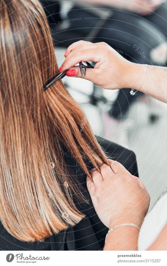 Friseur Styling Damenhaar Lifestyle Stil schön Haare & Frisuren Gesundheitswesen Arbeit & Erwerbstätigkeit Beruf Schere Bürste Junge Frau Jugendliche Erwachsene