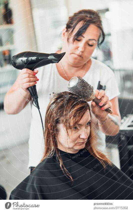 Friseur Styling Damenhaar Lifestyle Stil schön Haare & Frisuren Arbeit & Erwerbstätigkeit Beruf Schere Bürste Mensch Junge Frau Jugendliche Erwachsene