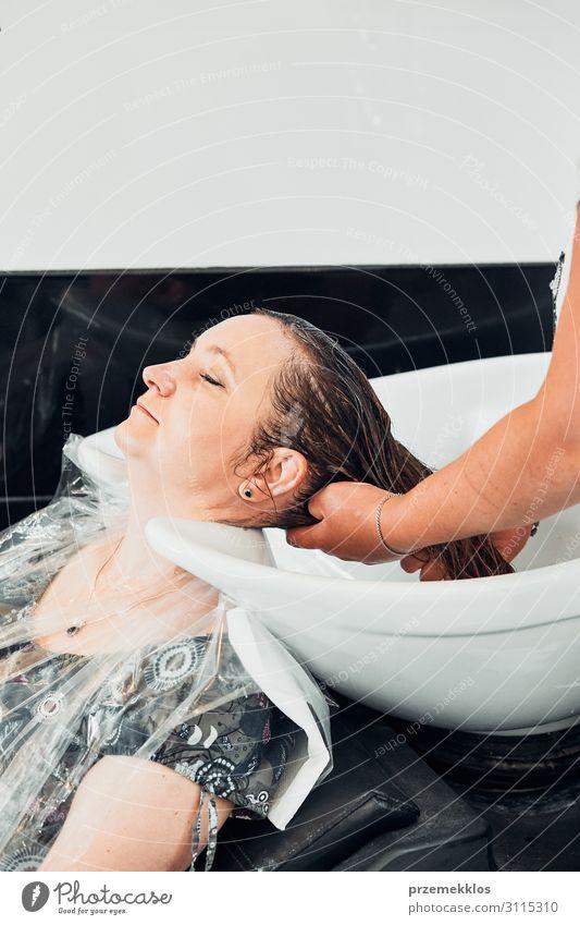 Friseur Styling Damenhaar Lifestyle Stil schön Haare & Frisuren Arbeit & Erwerbstätigkeit Beruf Schere Junge Frau Jugendliche Erwachsene 30-45 Jahre machen