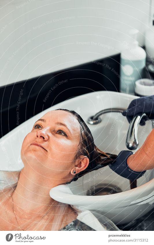 Friseur Styling Damenhaar Lifestyle Stil schön Haare & Frisuren Arbeit & Erwerbstätigkeit Beruf Schere Junge Frau Jugendliche Erwachsene 1 Mensch 30-45 Jahre
