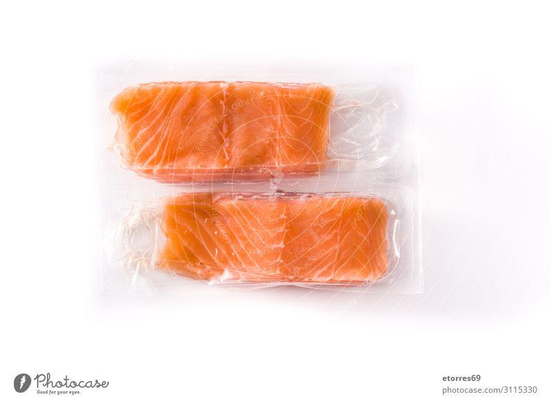 Lachs in Kunststoffverpackung, isoliert auf weißem Hintergrund. verpackt Supermarkt Lebensmittel Gesunde Ernährung Foodfotografie Fisch Isoliert (Position)