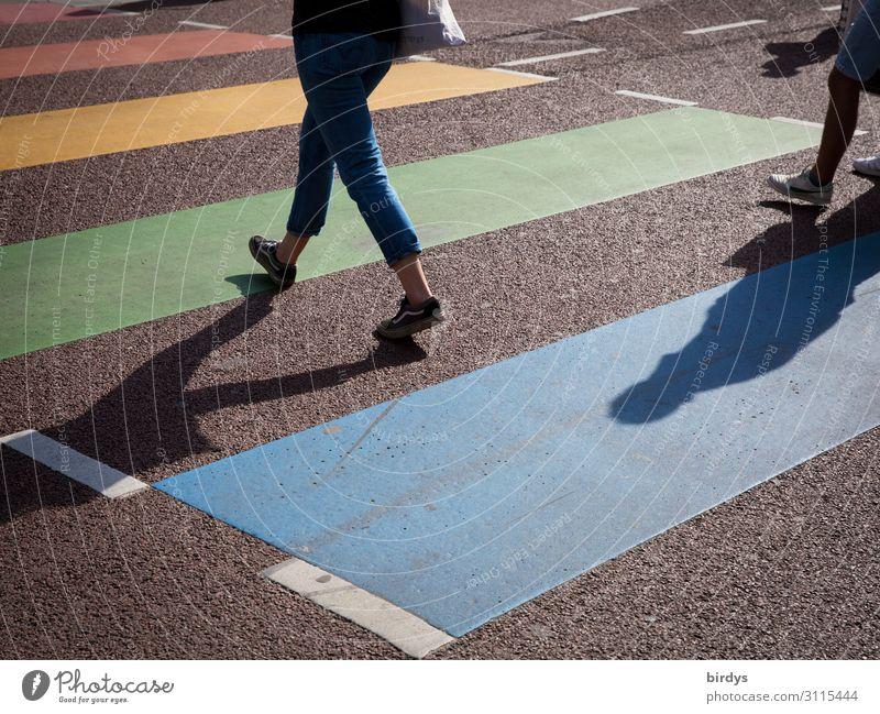 gibts auch in bunt Lifestyle feminin 2 Mensch 18-30 Jahre Jugendliche Erwachsene Sommer Verkehr Fußgänger Straße Wege & Pfade Zebrastreifen Jeanshose rennen