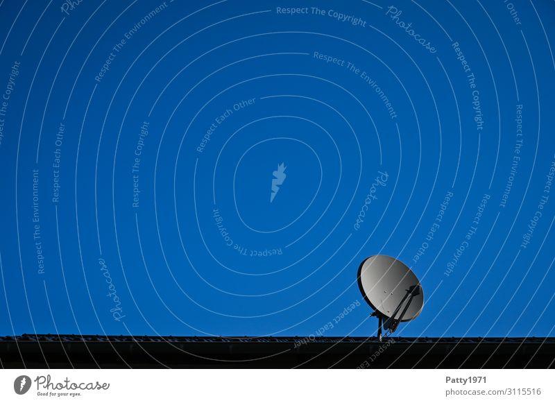 Satellitenschüssel auf Hausdach Satellitenantenne Technik & Technologie Unterhaltungselektronik Telekommunikation Informationstechnologie Himmel