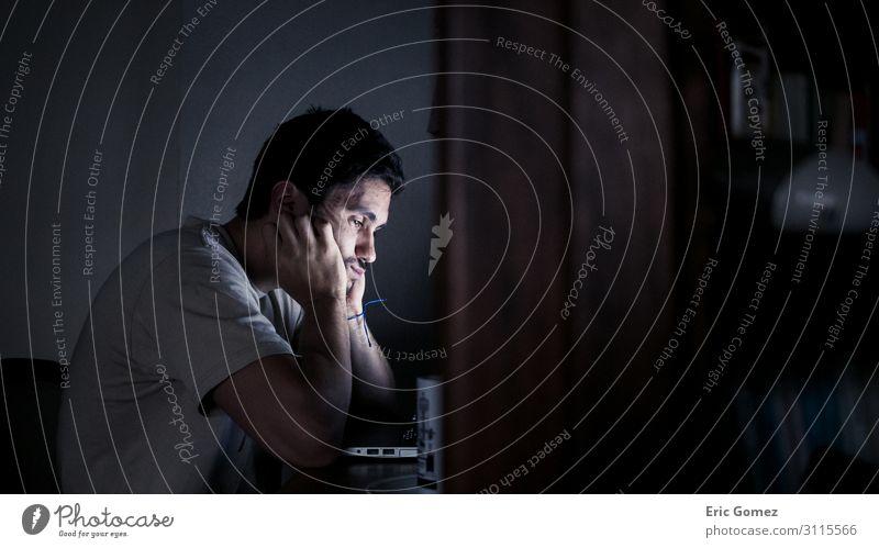Jungunternehmer bei nächtlicher Arbeit im Home Office Arbeit & Erwerbstätigkeit Beruf Büroarbeit Mittelstand Computer Bildschirm Mensch maskulin Junger Mann