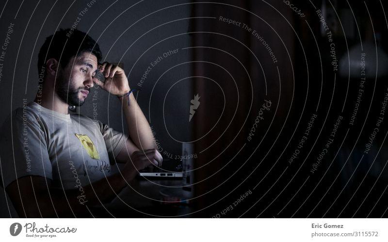 Junger hispanischer Mann, der nachts am Computer arbeitet. Arbeit & Erwerbstätigkeit Beruf Büroarbeit Arbeitsplatz Mittelstand Karriere Mensch maskulin