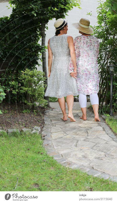Zusammensein Lifestyle Garten feminin Frau Erwachsene Freundschaft Paar Partner 2 Mensch 18-30 Jahre Jugendliche 30-45 Jahre Sommer Schönes Wetter Park