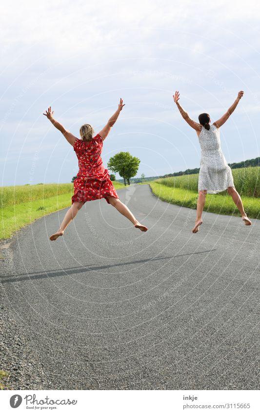 Freundinnen machen alles gemeinsam Lifestyle Freude Leben Freizeit & Hobby Mensch feminin Freundschaft Paar Partner Erwachsene 2 18-30 Jahre Jugendliche