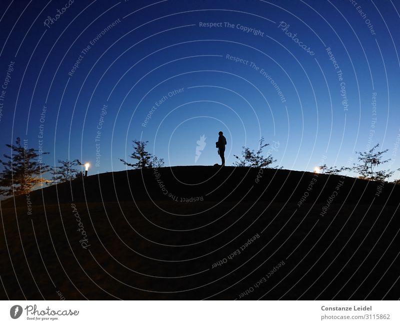 Blaue Stunde Mann Erwachsene 1 Mensch 30-45 Jahre Himmel Horizont Hügel leuchten stehen blau schwarz Stimmung Gelassenheit ruhig geheimnisvoll Identität