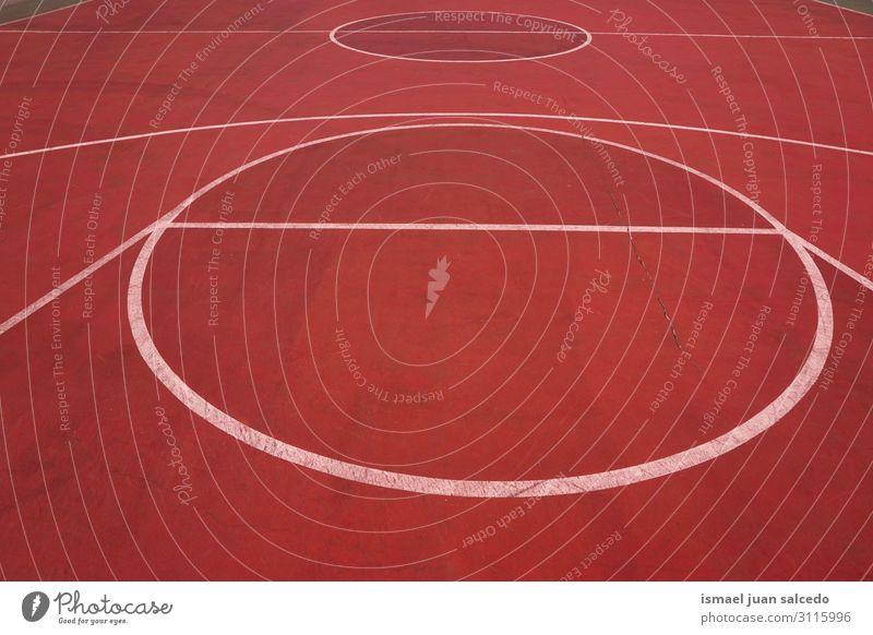 roter Basketballplatz mit weißen Linien auf der Straße Korb Sport Gerichtsgebäude Spielfeld leer Markierungen Boden Spielen alt Park Spielplatz Außenaufnahme