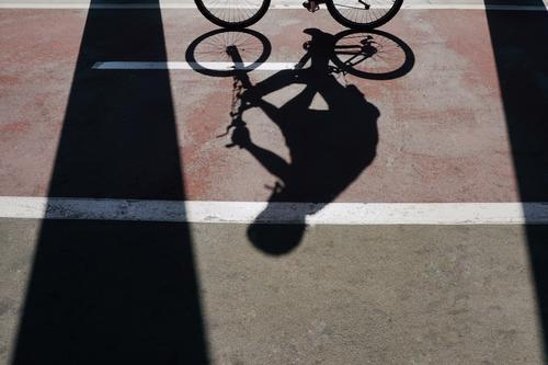 Mann Straße Sport Freizeit & Hobby Metall Verkehr Fahrrad Fahrradfahren Boden Asphalt Objektfotografie Wagenräder Fahrradlenker Zyklus