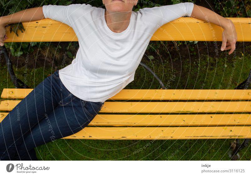 auf der gelben Bank Lifestyle Freizeit & Hobby Frau Erwachsene Leben Körper 1 Mensch 18-30 Jahre Jugendliche 30-45 Jahre Frühling Sommer Garten Park Jeanshose