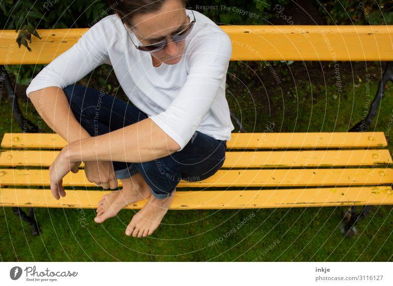 auf der gelben Bank Lifestyle Freizeit & Hobby Frau Erwachsene Leben Körper 1 Mensch 18-30 Jahre Jugendliche 30-45 Jahre Garten Park Wiese Jeanshose