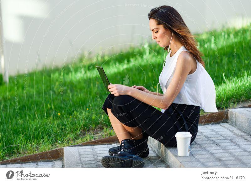 Frau Mensch Jugendliche Junge Frau schön 18-30 Jahre Lifestyle Erwachsene feminin Business Schule Arbeit & Erwerbstätigkeit modern Technik & Technologie sitzen