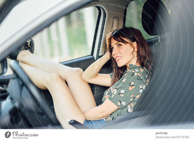 Die Frau ruht in einem weißen Auto und zieht ihre Füße aus dem Fenster. Lifestyle Freude Glück schön Erholung Freizeit & Hobby Ferien & Urlaub & Reisen Ausflug