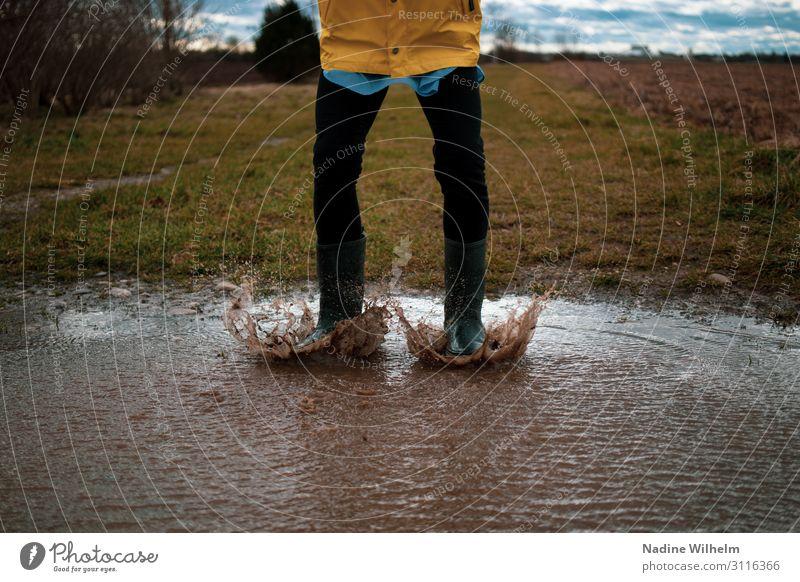Kid jumping in a puddle Mensch feminin Kind Mädchen Kindheit Leben Unterleib 1 8-13 Jahre Natur Erde Wasser Wolken schlechtes Wetter Regenjacke Gummistiefel