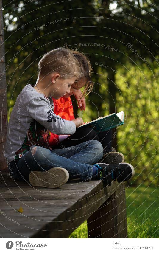 Lesefreunde Bildung Schule lernen Schulkind Schüler Mädchen Junge Geschwister Bruder Schwester Kindheit 2 Mensch 3-8 Jahre lesen Zusammenhalt Buch