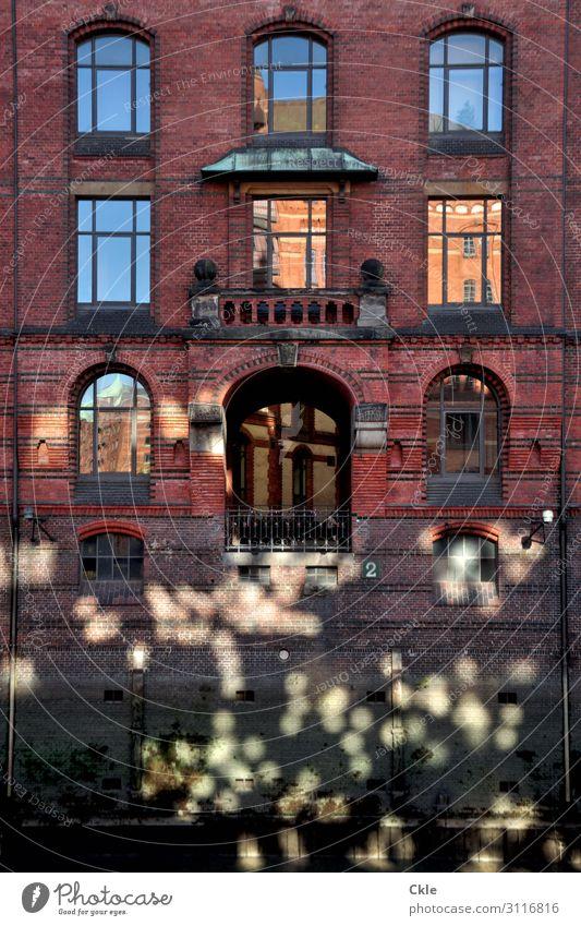 Speicherstadt Ausflug Städtereise Haus Wasser Sonnenlicht Fluss Elbe Hamburg Deutschland Europa Stadt Hafenstadt Bauwerk Gebäude Architektur Mauer Wand Fassade