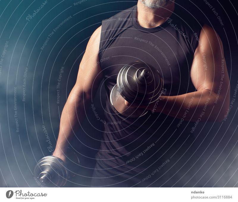 Mann in schwarzer Kleidung hält Stahlhanteln. Lifestyle sportlich Fitness Sport Sportler Erwachsene Hand 1 Mensch 30-45 Jahre stehen muskulös stark Kraft Macht