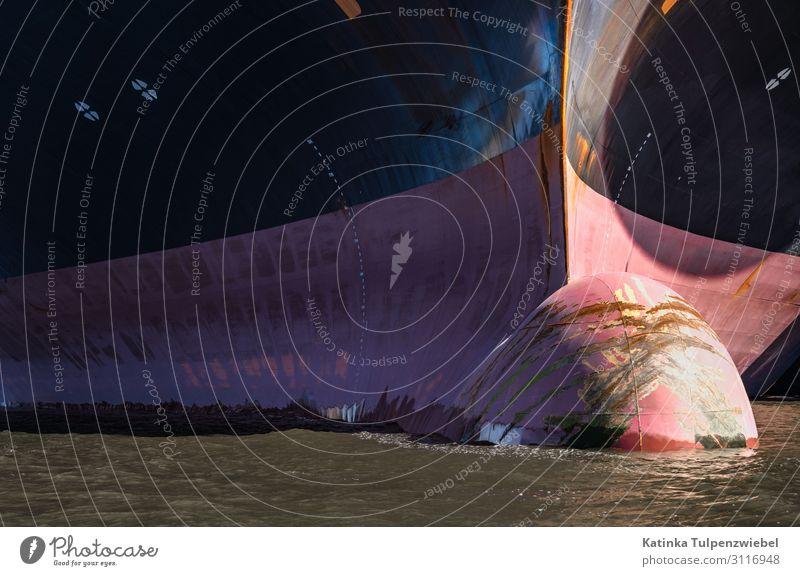 Nahaufnahme eines Schiffsbug im Hamburger Hafen Stadt Verkehr Verkehrswege Güterverkehr & Logistik Schifffahrt Containerschiff Öltanker Metall Stahl Wasser