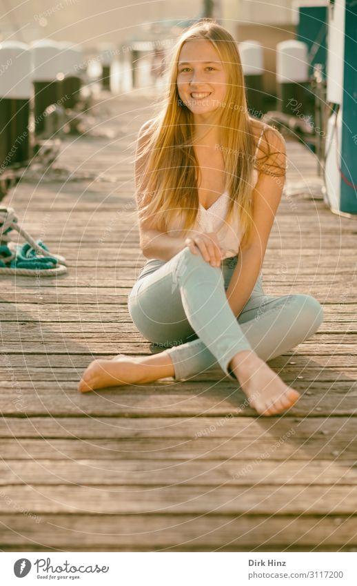 Junge Frau auf Bootssteg Freude Sommer feminin Mädchen Schwester Familie & Verwandtschaft Freundschaft 1 Mensch 18-30 Jahre Jugendliche Erwachsene Hafen Liebe