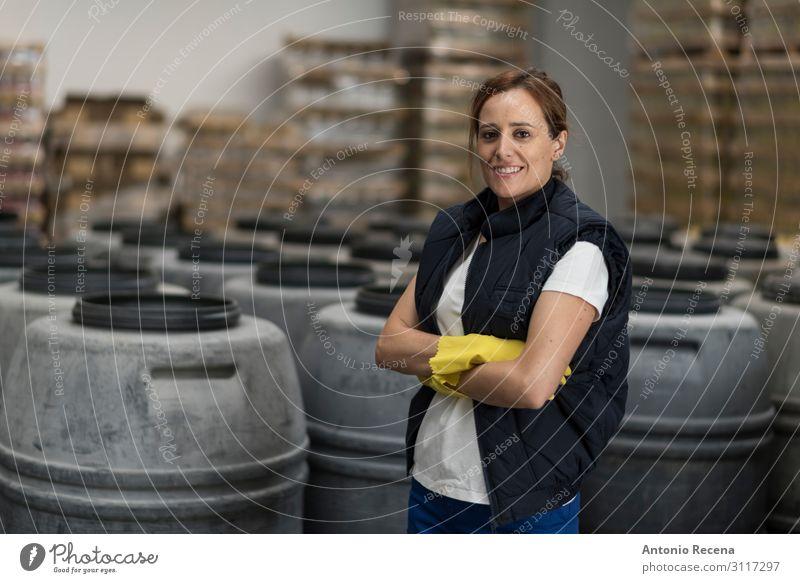 Arbeiterin Glück Arbeit & Erwerbstätigkeit Beruf Fabrik Industrie Mensch Frau Erwachsene Handschuhe Verpackung Lächeln stehen Mitarbeiter oliv Lebensmittel
