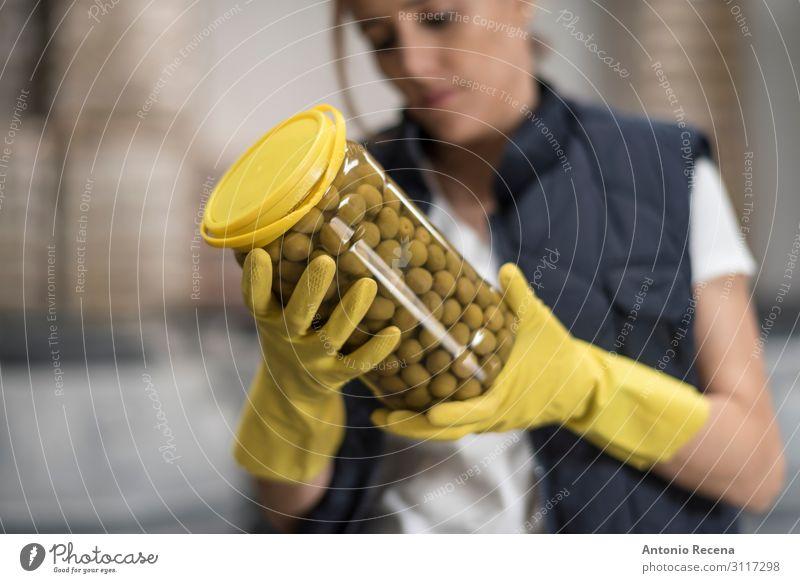 Qualitätskontrolle Frucht Flasche Arbeit & Erwerbstätigkeit Arbeitsplatz Fabrik Industrie Mensch Frau Erwachsene Hand Verkehr Container Handschuhe Verpackung