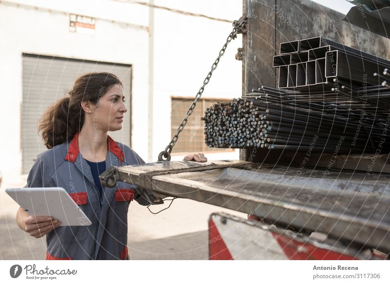 Arbeiterin Arbeit & Erwerbstätigkeit Beruf Arbeitsplatz Fabrik Industrie Business Technik & Technologie Mensch Frau Erwachsene Anhänger Schutz 30s