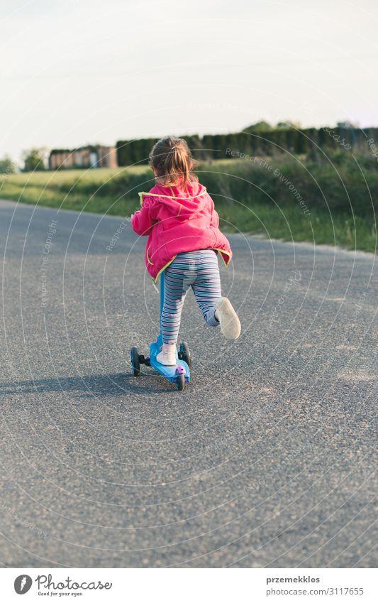 Junges Mädchen auf Rollschuhen unterwegs Lifestyle Freude Glück schön Erholung Freizeit & Hobby Spielen Freiheit Sommer Sommerurlaub Reiten Kind 1 Mensch