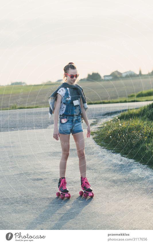 Junges Mädchen auf Rollschuhen unterwegs Lifestyle Freude Glück schön Erholung Freizeit & Hobby Spielen Freiheit Sommer Sommerurlaub Reiten Junge Frau