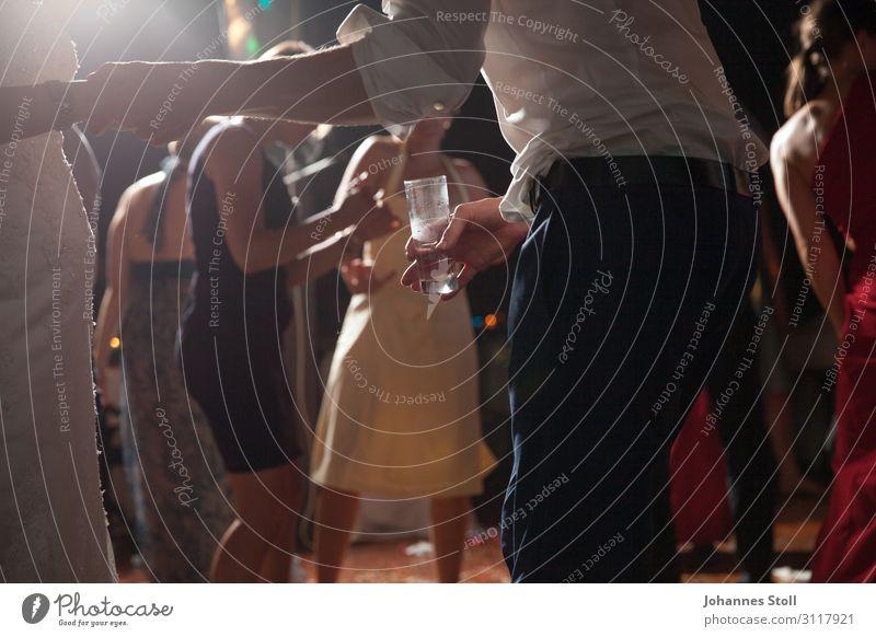 Jugendliche blau rot Freude 18-30 Jahre Beine Erwachsene gelb Liebe Feste & Feiern Paar Party Menschengruppe Freundschaft elegant Rücken