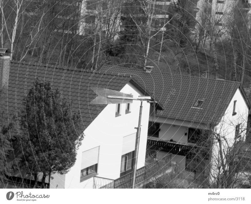 Windrad Wohnsiedlung Dachgiebel Wohngebiet Mehrfamilienhaus Spitzdach Windrichtung Ziegeldach Giebelseite