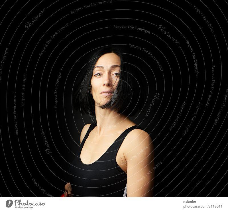 Porträt einer schönen jungen Frau Lifestyle Körper sportlich Sport Erwachsene Bekleidung brünett Fitness stehen dunkel dünn Erotik muskulös schwarz hübsch