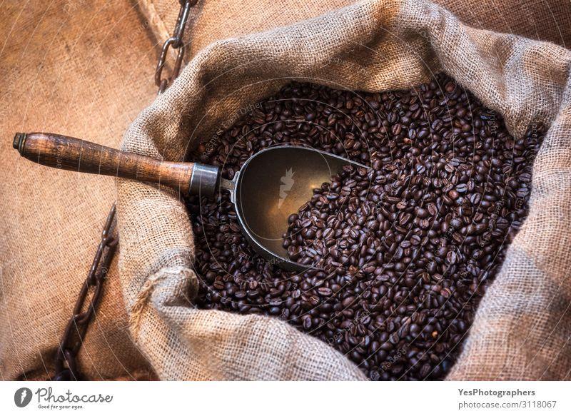 Gebratene Kaffeebohnen in Jutesack. Kaffeebohnenbeutel Frühstück Kaffeetrinken Getränk Verpackung Paket alt natürlich retro braun Ackerbau arabica aromatisch