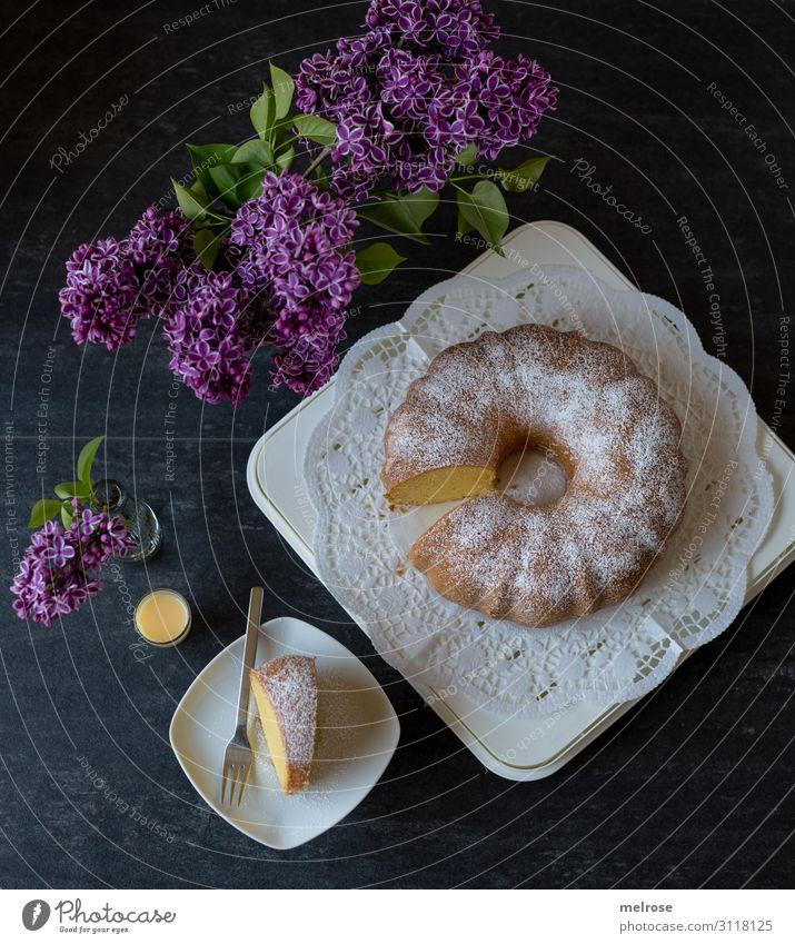 Kuchen und Eierlikör mit Fliederdeko Lebensmittel Eierlikörkuchen Kaffeetrinken Getränk Teller Glas Gabel Lifestyle Stil Valentinstag Muttertag Geburtstag Blume