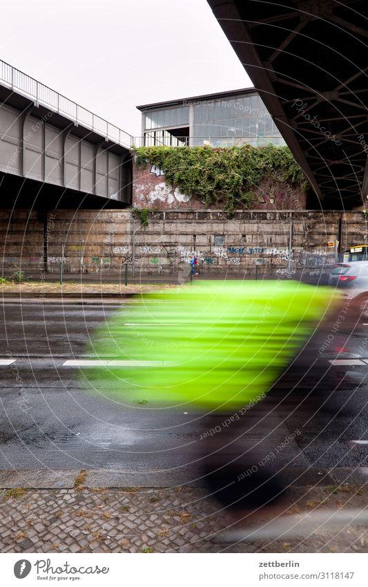 Radfahrer am S-Bahnhof Schöneberg Fahrrad Fahrradfahren Fahrradtour Radrennfahrer Geschwindigkeit Eile Bewegungsunschärfe Rucksack gelb Brücke Berlin