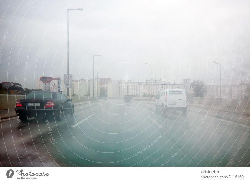 Schlechtes Wetter auf der Stadtautobahn Autobahn Nebel Dunst fahren gefährlich Risiko Niederschlag Nieselregen Regen Regenwasser Reisefotografie Berufsverkehr