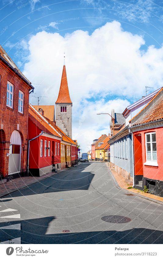 Dorf mit einer Kirche in Dänemark Ferien & Urlaub & Reisen Tourismus Sommer Haus Kultur Landschaft Himmel Wolken Stadt Gebäude Architektur Fassade Straße alt