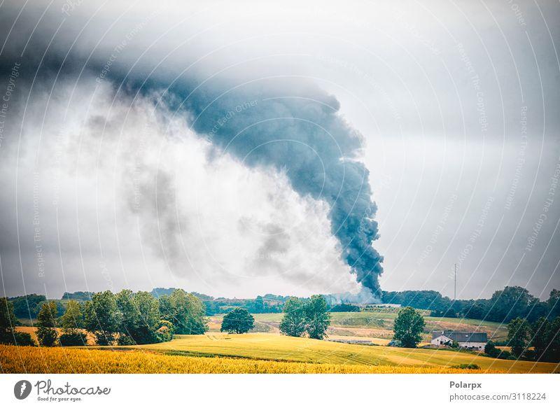 Schwarzer Rauch von einem Feuer in einer ländlichen Gegend. Haus Industrie Natur Landschaft Ruine Gebäude Holz dunkel heiß Wut schwarz Sicherheit Desaster