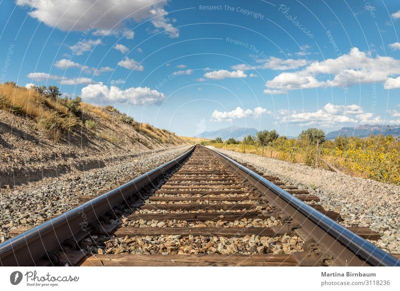 Gerade Eisenbahngleise in der malerischen Landschaft von Utah Ferien & Urlaub & Reisen Ausflug Industrie Natur Himmel Wolken Park Felsen Schlucht Verkehr Straße