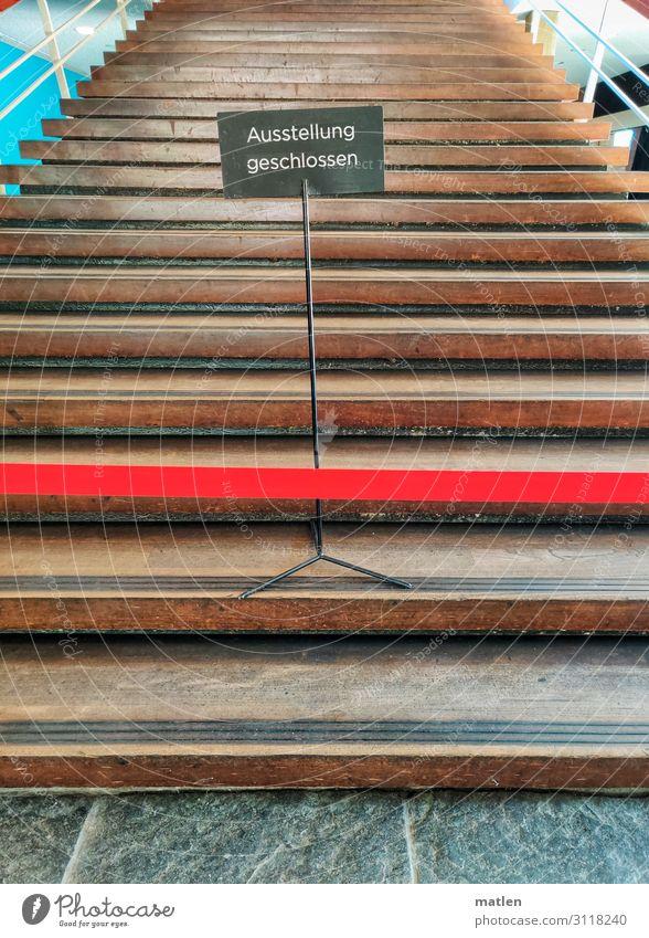 Ausstellung geschlossen Stadt Menschenleer Gebäude Treppe stehen braun grau rot Schilder & Markierungen Freitreppe Barriere Farbfoto Innenaufnahme
