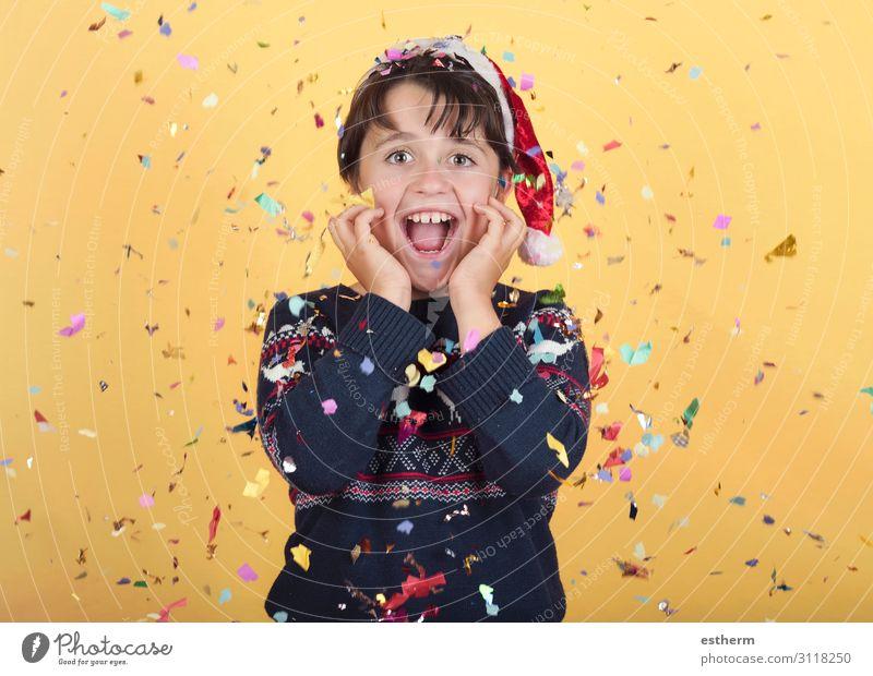 lächelndes Kind mit Konfetti Tragende Weihnachten Weihnachtsmann Hut Freude Glück Winter Feste & Feiern Weihnachten & Advent Silvester u. Neujahr Mensch