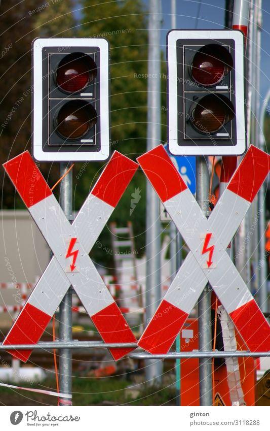 Andreaskreuze an einer Schienenbaustelle Baustelle Verkehr Ampel Bahnübergang Schranke Schienennetz Zeichen Schilder & Markierungen Verkehrszeichen neu Signal