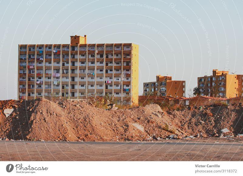 Gebäude der Vororte einer Stadt Menschenleer Haus Architektur Ferne Billig retro Armut Dekadenz Farbfoto Textfreiraum rechts Morgen Morgendämmerung